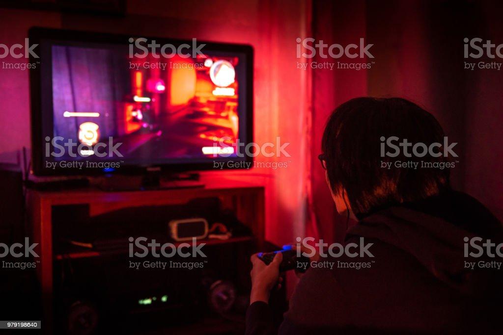 Joven Jugador Con Gafas Jugando Video Juego En Casa En El Cuarto ...