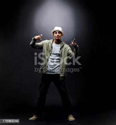 Junge Männliche Hiphoptänzer Posieren Mit Copyspace Stock-Fotografie und mehr Bilder von Cool und Lässig