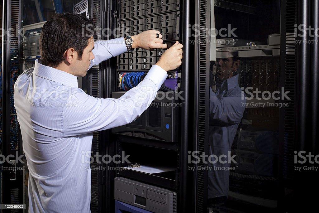 Junge männliche es Techniker Reparing Daten Drives auf Server-Panel – Foto