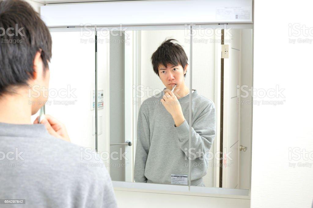 Jeune Male Japonais Se Reveiller Devant Levier Se Brosser Les Dents