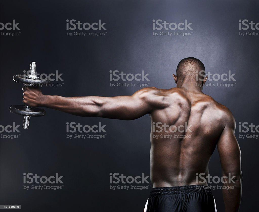 Hombre joven, levantamiento de pesa - Foto de stock de 20 a 29 años libre de derechos