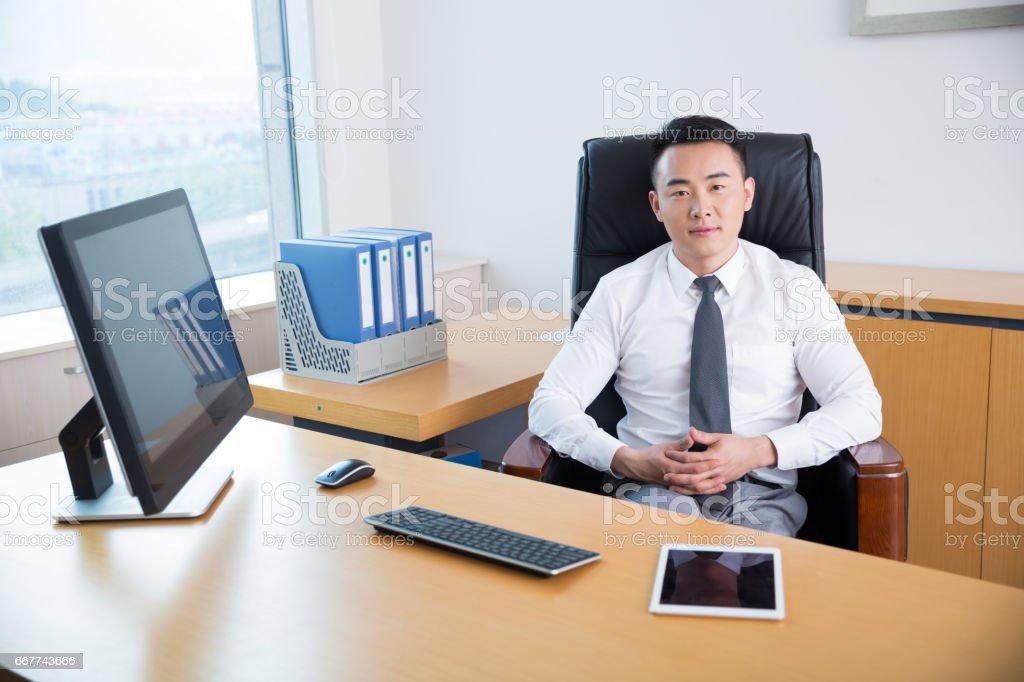 junge männliche Manager arbeiten im Büro – Foto