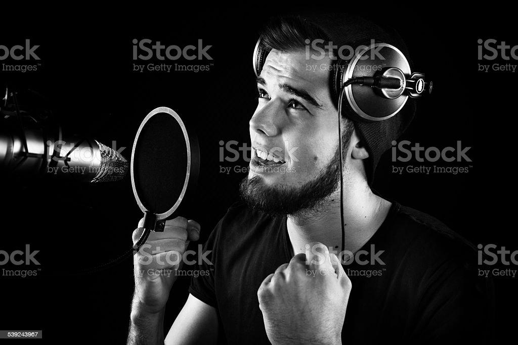 Joven cantante masculino estudio de grabación de sonido foto de stock libre de derechos