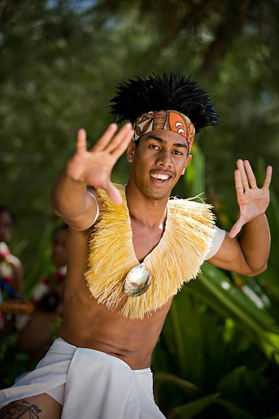 junge männliche tahitianischen tänzerin - shell tattoos stock-fotos und bilder