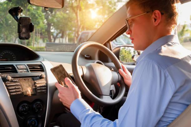 junge männliche Taxifahrer verwenden Handy, um Kunden in Anwendungen Service, Taxifahrer Konzept zu akzeptieren – Foto