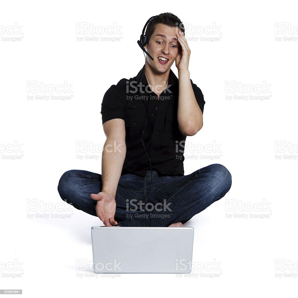 Jeune mâle telemarketer parler sur casque photo libre de droits