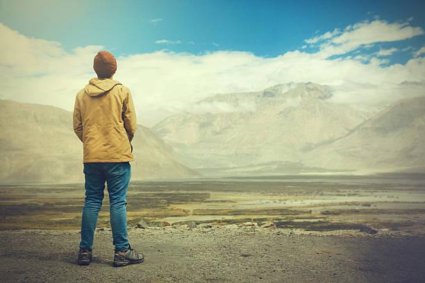 young male traveler standing on the sand cliff - buenos culos fotografías e imágenes de stock