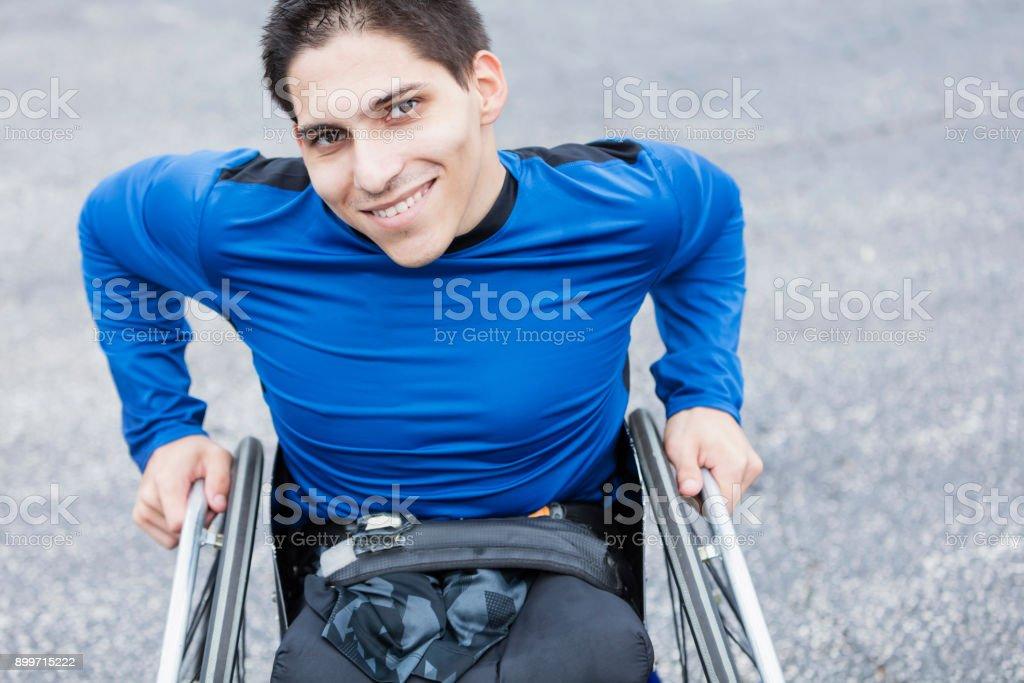Junger Mann, Amputierte in Rollstuhl, lächelnd in die Kamera – Foto