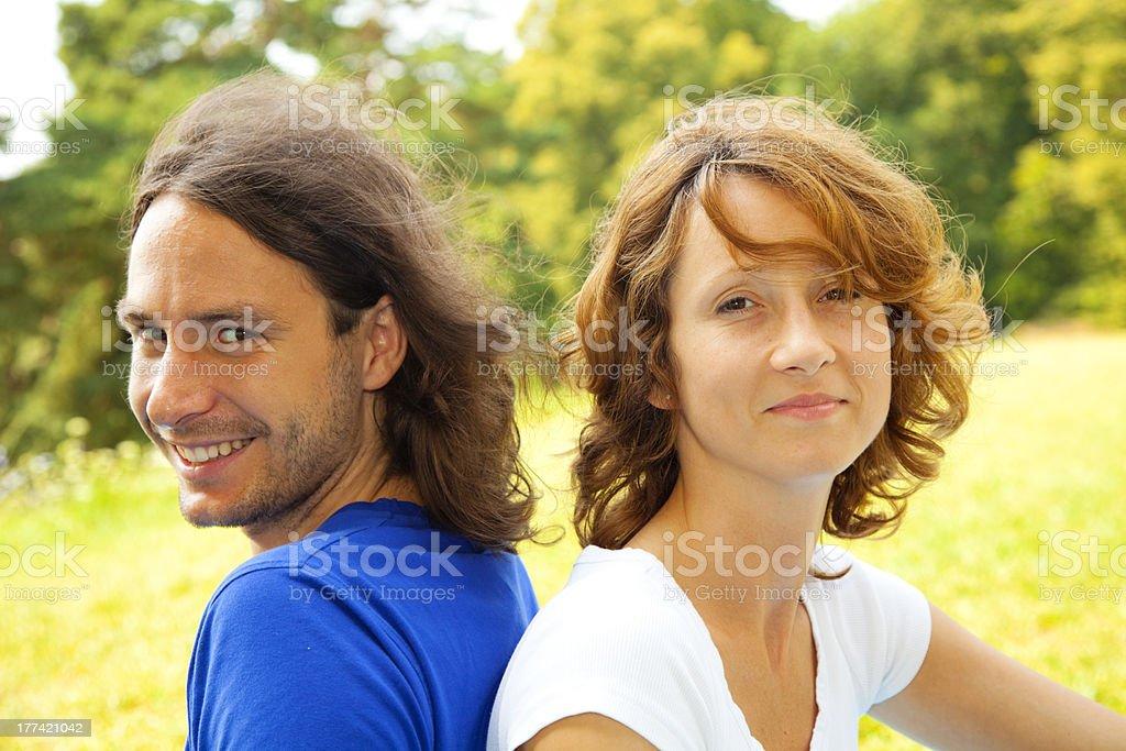 Junger Mann und Mädchen smile. Sie sich in einem park – Foto