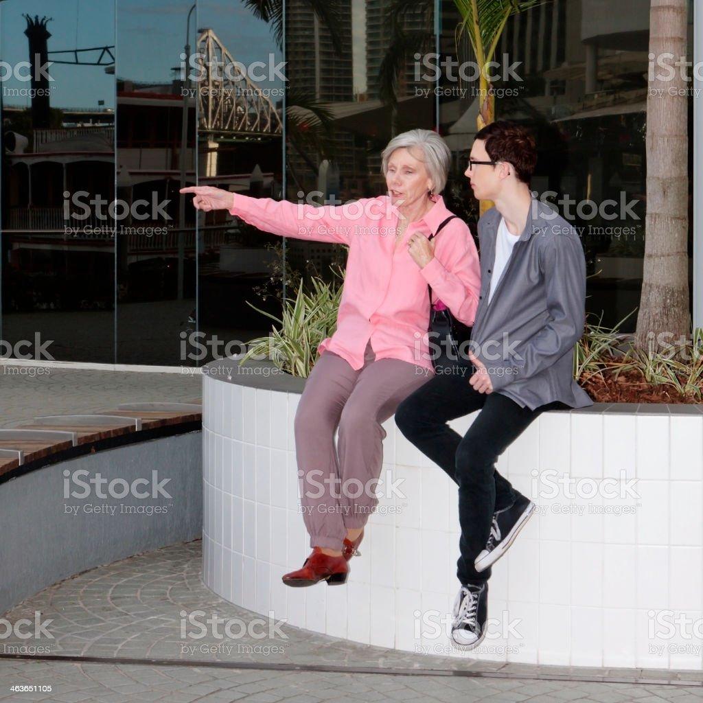 Junger Mann, ältere Frau sitzen und reden – Foto
