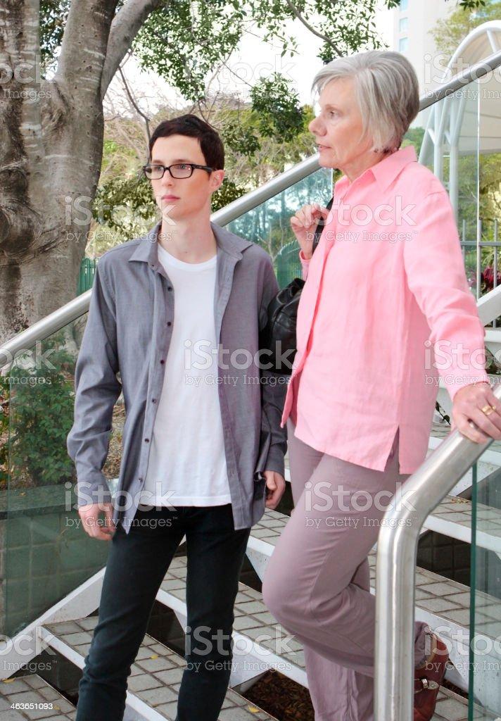 Junger Mann, ältere Frau auf einer Treppe – Foto