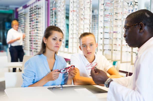 Junge Männer und Frauen im Gespräch mit Augenarzt – Foto