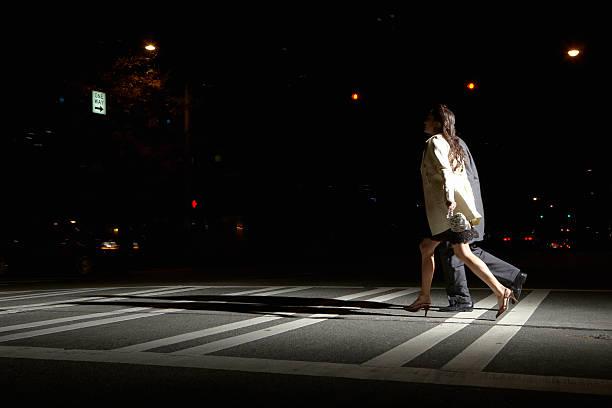 Junger Mann und Frau-Straße in der Nacht, Blick auf – Foto
