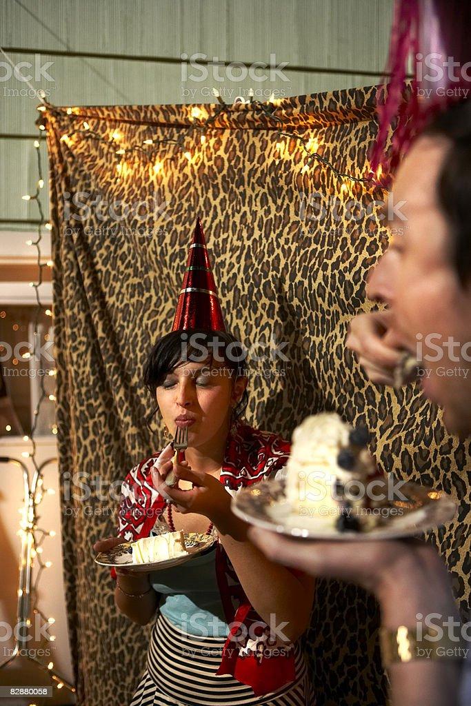 Giovane uomo e donna che mangia una torta di compleanno foto stock royalty-free