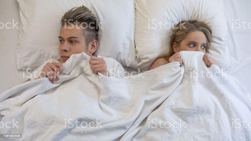 Junger Mann Und Frau Auf Der Suche Peinlich Vor Dem Ersten Intimität