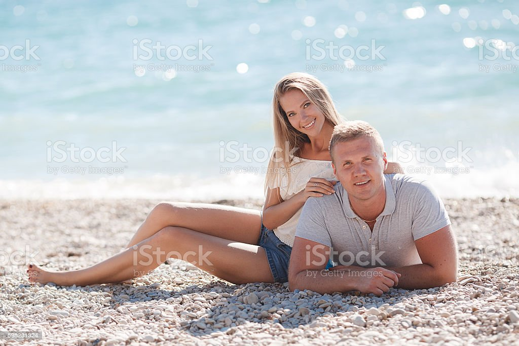 Young man and woman on beach in summer foto royalty-free