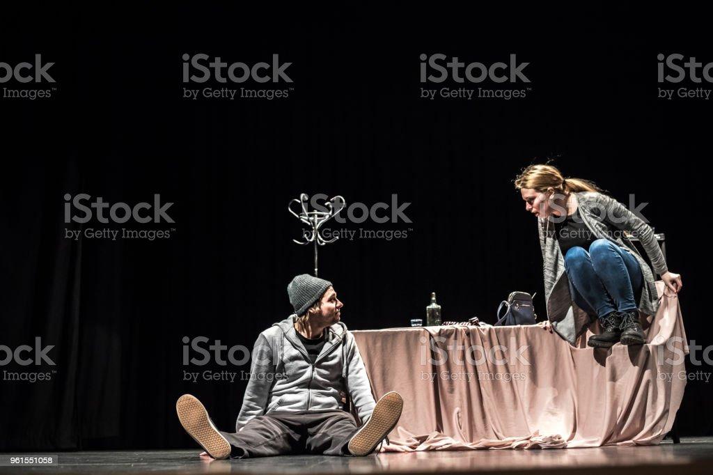 Hombre joven y mujer joven actuando en el escenario - foto de stock