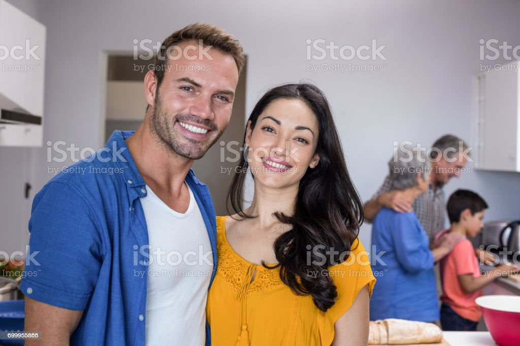 Young man and young woman standing in kitchen – zdjęcie