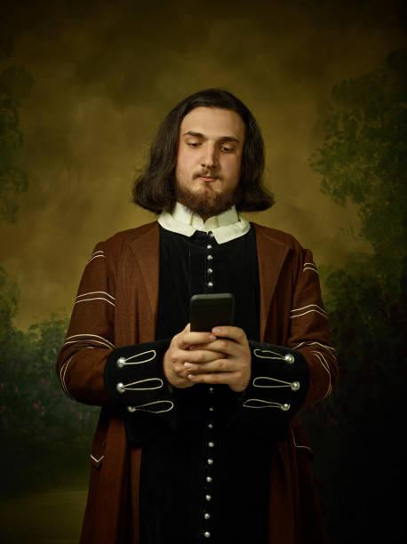 Homem novo como um cavaleiro medieval no fundo escuro - foto de acervo