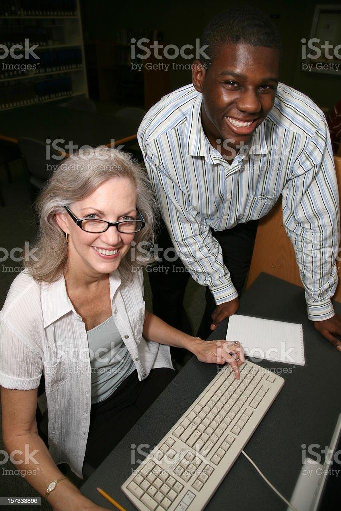 Junger Mann Unterstützung Frau auf einem Computer – Foto