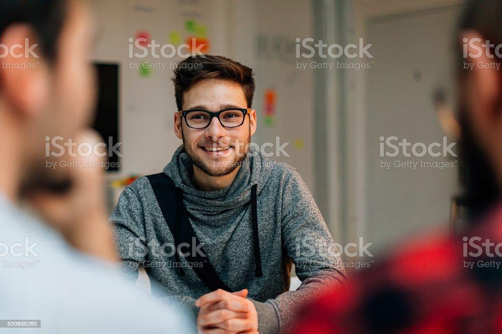 Junger Mann in einem Bewerbungsgespräch. – Foto