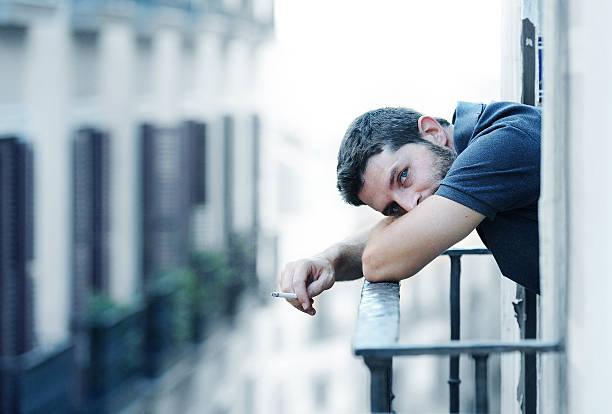 Junger Mann auf Balkon in depression leiden emotionalen Krise – Foto