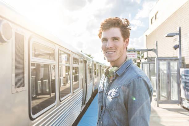 young man at train station in chicago - französisch übungen stock-fotos und bilder