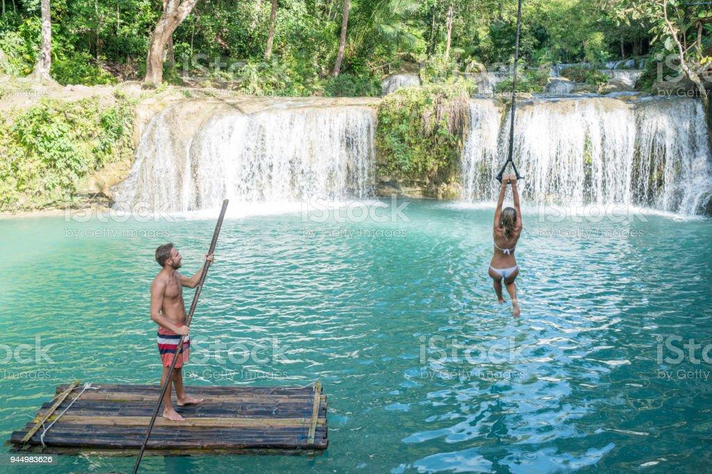Junger Mann Bambusrafting Und Madchen Springen Von Swing Bis