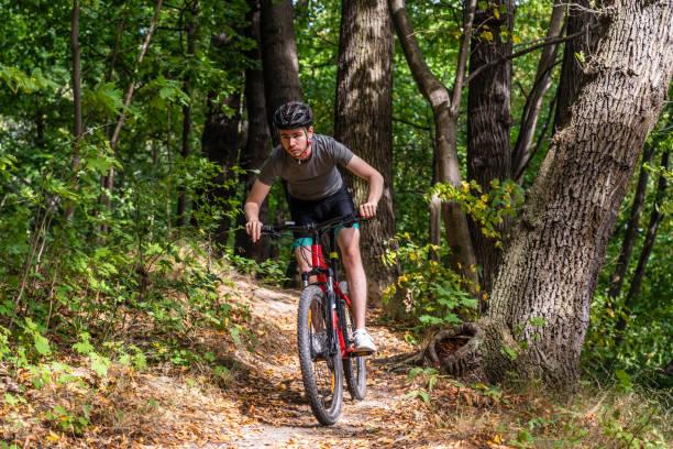 Junger Mann beim Radfahren im Wald – Foto