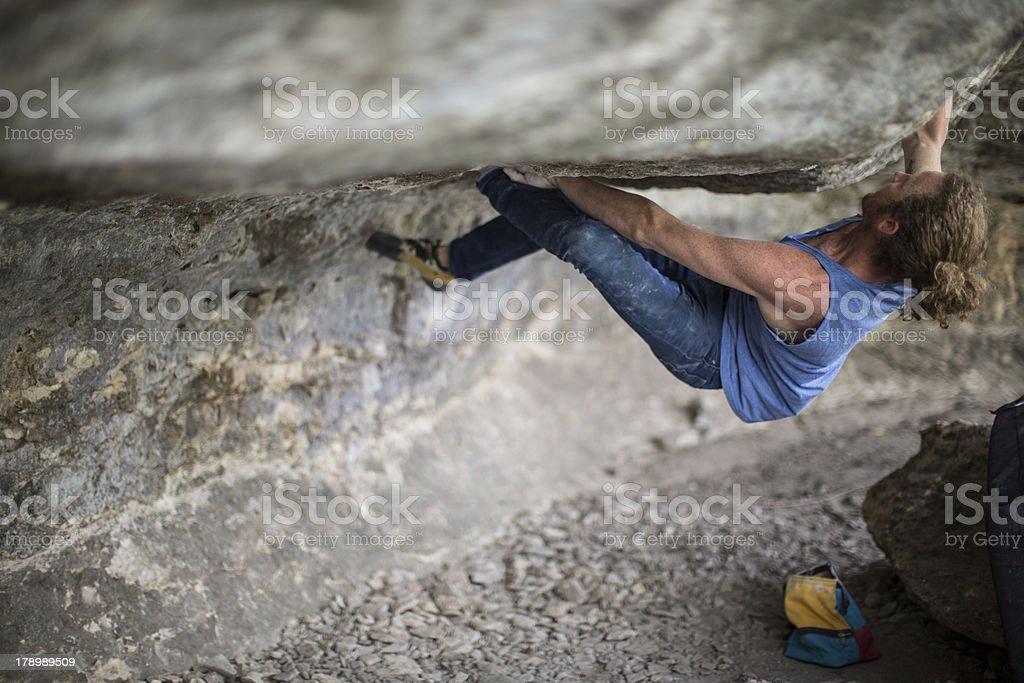 Junger Mann Bouldering – Foto