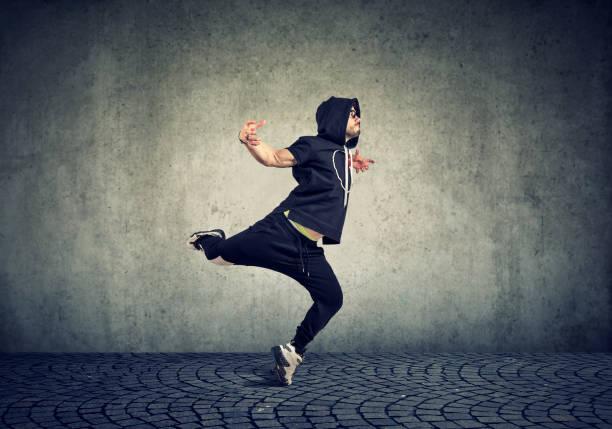 ung man paus dancing på vägg bakgrund - street dance bildbanksfoton och bilder
