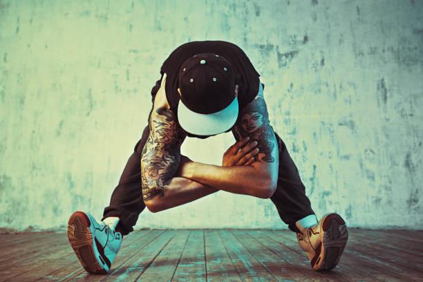 junger mann break dance - gymnastik tattoo stock-fotos und bilder