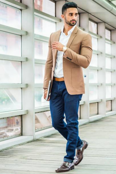 jonge man business casual mode in new york - men blazer stockfoto's en -beelden