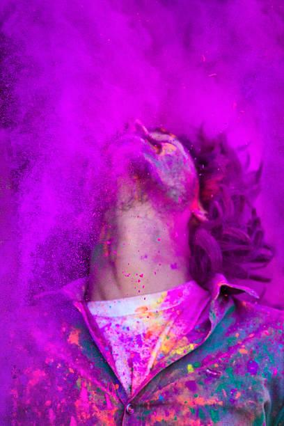 Jeune homme célébrant le Festival de Holi en Inde - Photo