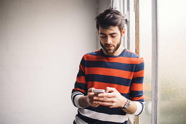 Junger Mann plaudern am Telefon – Foto