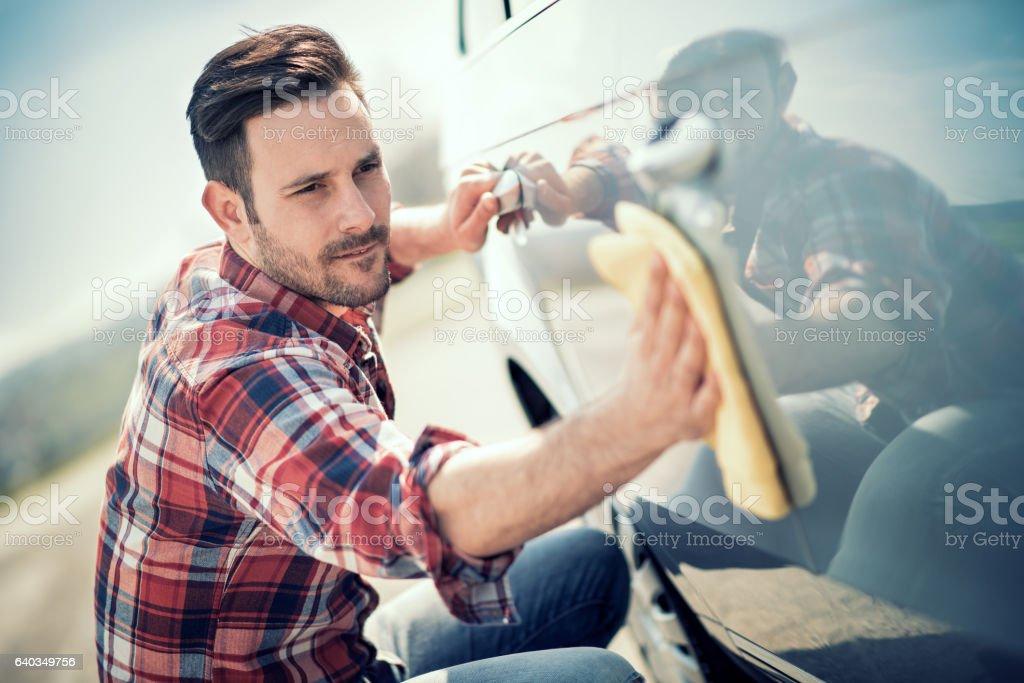 Junger Mann sein Auto im Freien Reinigung – Foto