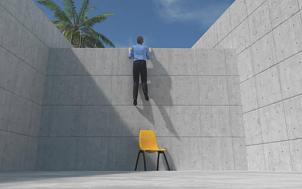 Young man climbed a concrete wal - foto de acervo