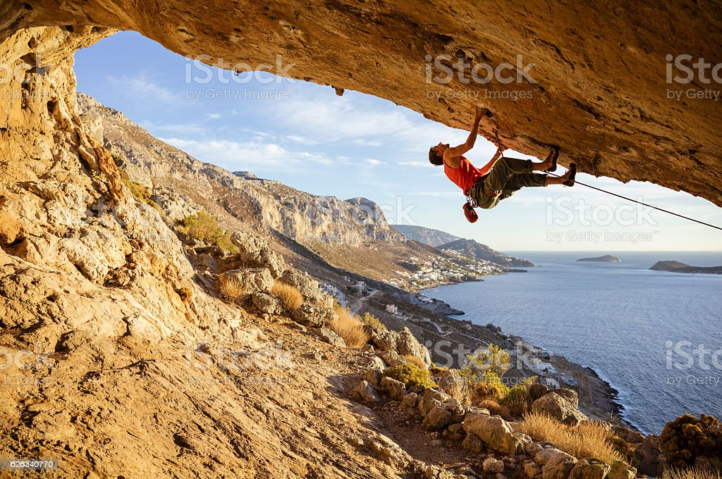 Young man climbing in cave – Foto
