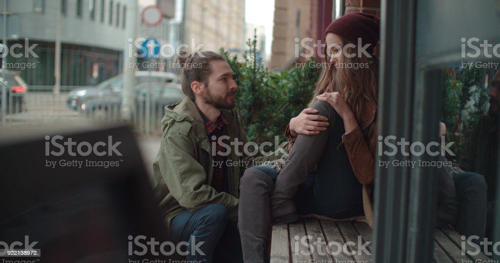 Junger Mann tröstete traurige Frau. - Lizenzfrei Abmachung Stock-Foto