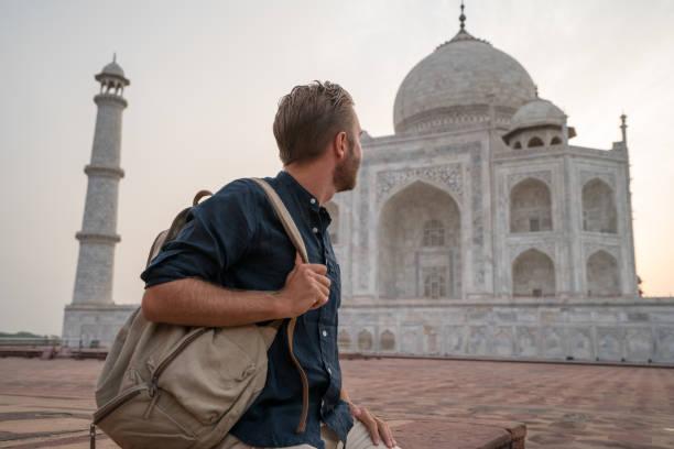 Junger Mann, die Betrachtung der berühmten Taj Mahal bei Sonnenaufgang – Foto