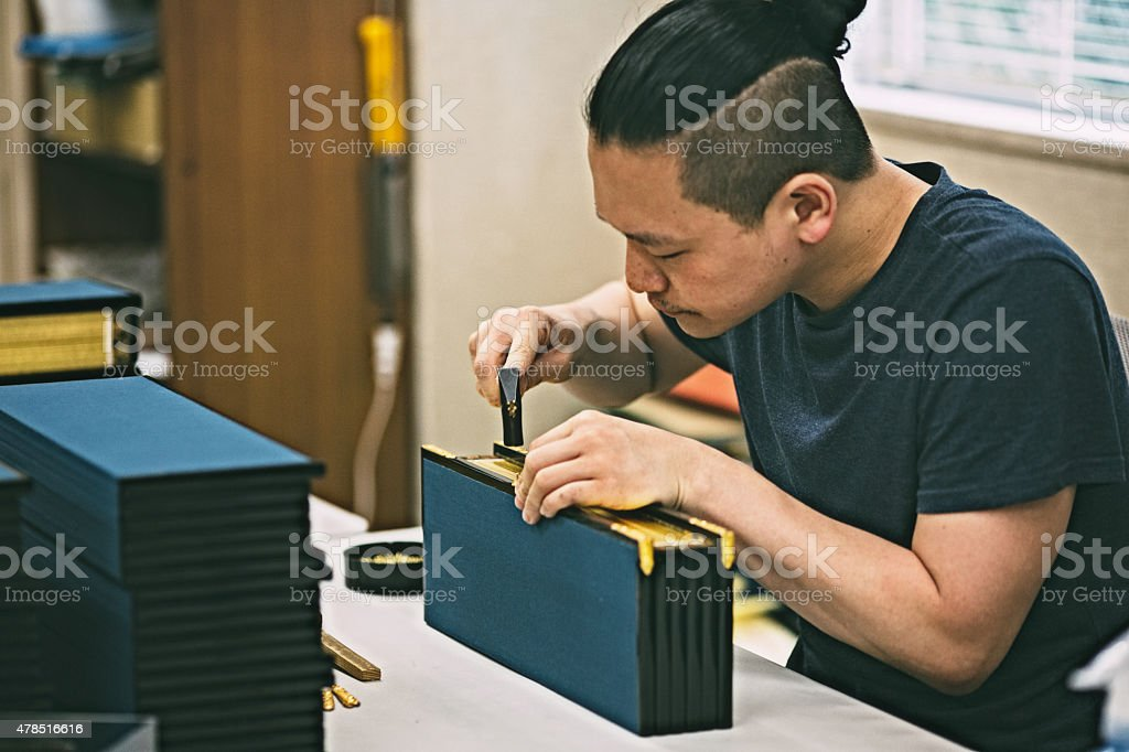 Young man creating a wooden craft box.圖像檔