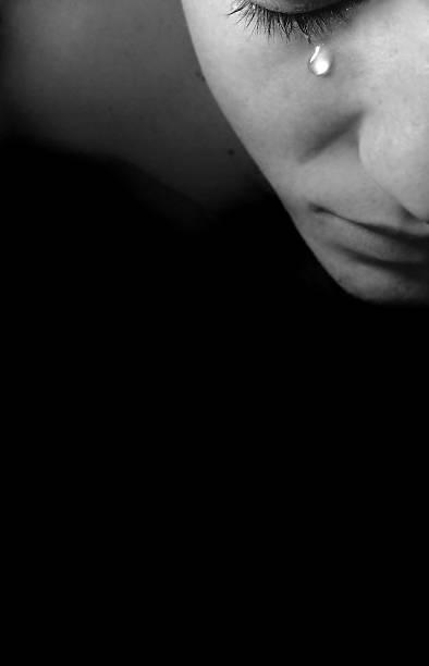 jovem chorando com lágrima no rosto - imagens de lagrimas - fotografias e filmes do acervo
