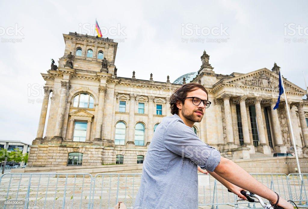 Junger Mann, Radfahren in Berlin vor oder der Reichstag, Deutschland – Foto