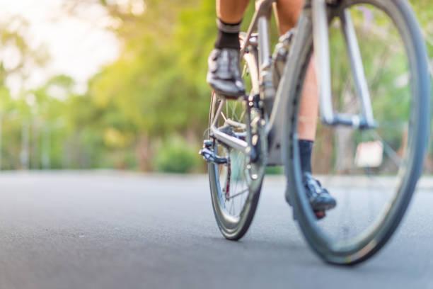 junger mann, radsportler, mountain-bike unterwegs am morgen - fahrradwege stock-fotos und bilder