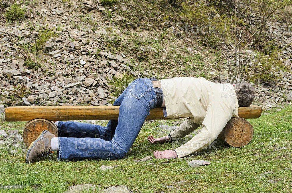 Junger Mann tief schlafen auf einer Bank im Freien – Foto