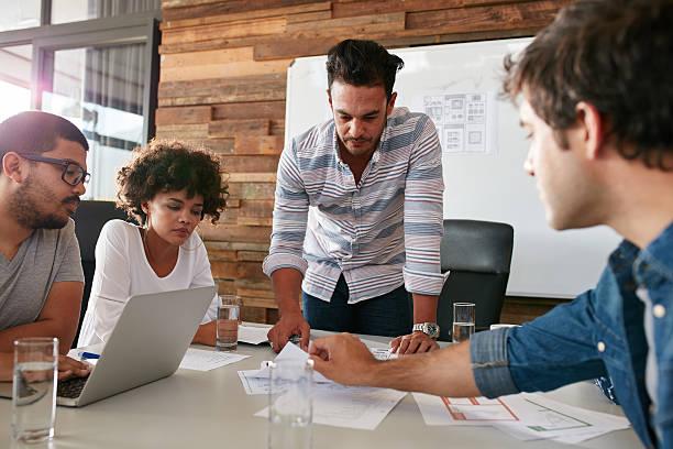 Junger Mann mit Kollegen besprechen, Marktforschung – Foto