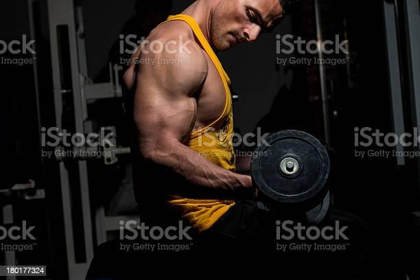 Hombre Joven Haciendo Ejercicio Para Biceps Peso Pesado Foto de stock y más banco de imágenes de Actividad