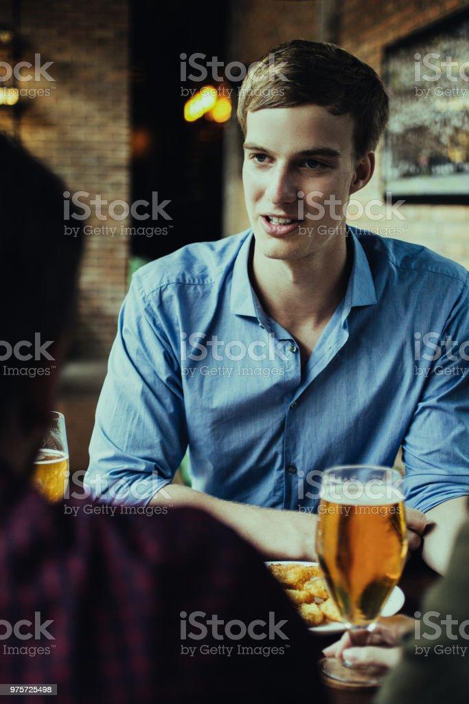 Junger Mann Bier trinken mit Freunden im Pub - Lizenzfrei Alkoholisches Getränk Stock-Foto