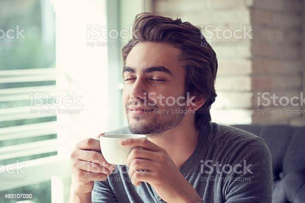 Junger Mann Trinkt Kaffee Im Café Stockfoto und mehr Bilder von 2015