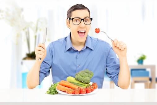 Hombre Joven Comiendo Comida Saludable En Su Hogar Foto de stock y más banco de imágenes de 20 a 29 años